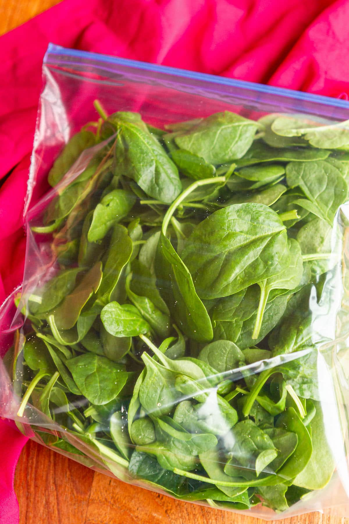 How To Freeze Spinach -- yes, you can freeze spinach leaves! Whether you freeze spinach cubes or whole leaves, this is an excellent method for minimizing your produce waste… Great for smoothies, soups, sauces, casseroles, pasta dishes, and much more. | freeze spinach for smoothies | can you freeze spinach | freeze spinach ideas | find the tutorial on unsophisticook.com