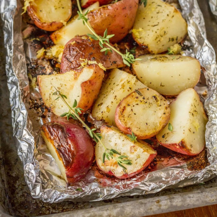 Grilled Potatoes In Foil -- with just 5 ingredients, these grilled potatoes in foil packets have everything going for them: quick, easy, delicious, and virtually mess-free… AND they're Whole30 compliant!   whole30 potatoes   potatoes in foil in oven   potatoes in foil packets   baked potatoes in foil   campfire potatoes   get the recipe on unsophisticook.com
