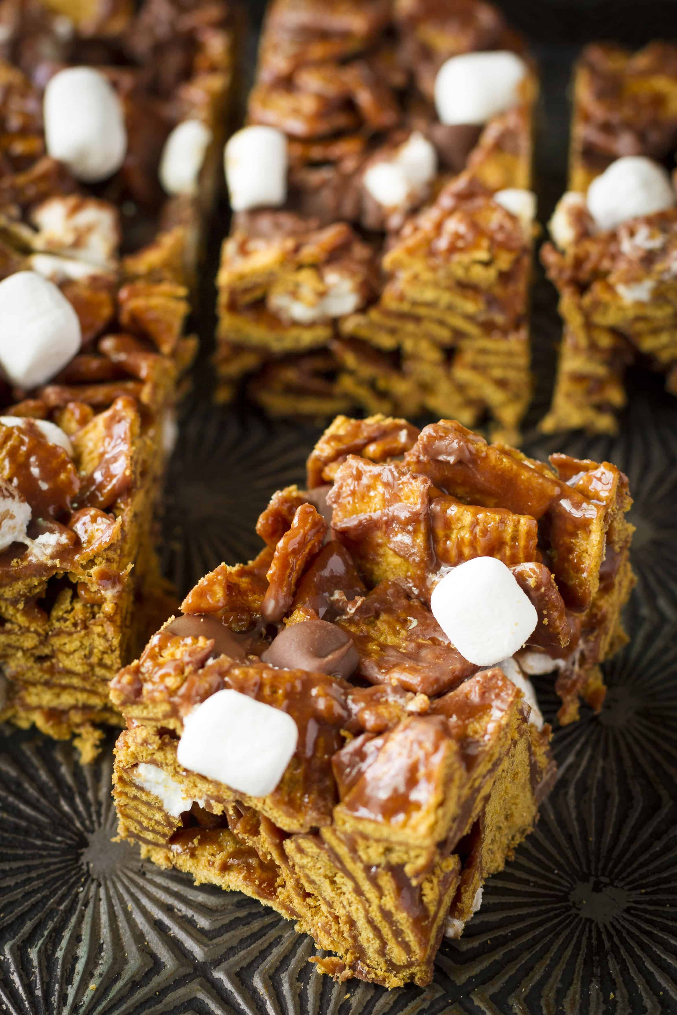 S'mores Bars -- these easy no bake s'mores cereal bars taste like a trip down memory lane... Crunchy graham cracker cereal, sweet and gooey mini marshmallows, and all that silky smooth milk chocolate, what's not to love?! | s'mores bars recipe | indoor s'mores bars | easy s'mores bars | s'mores bars desserts | find the recipe on unsophisticook.com